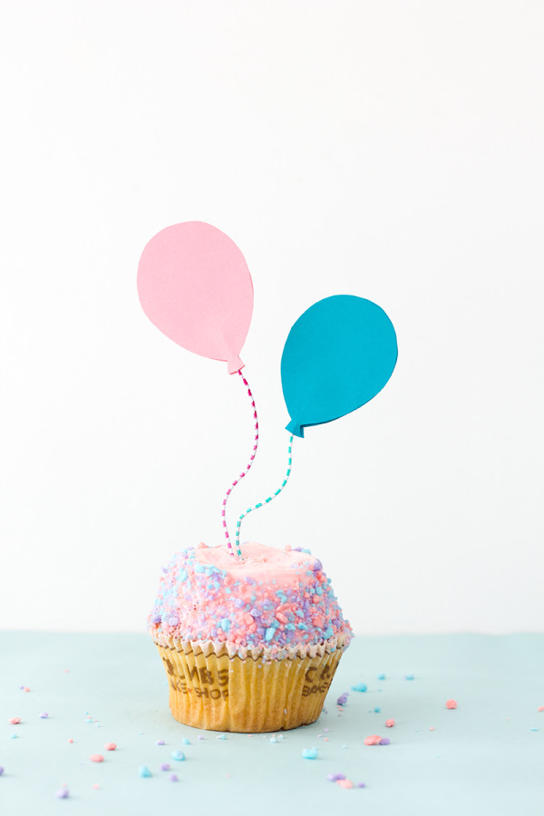 Cupcake with DIY balloon cupcake toppers